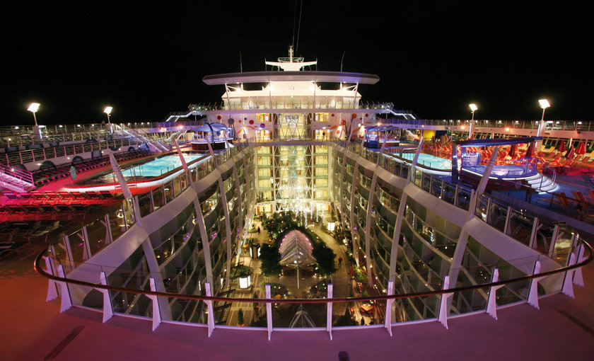 Bovendek verlicht op de Allure of the Seas van Royal Caribbean